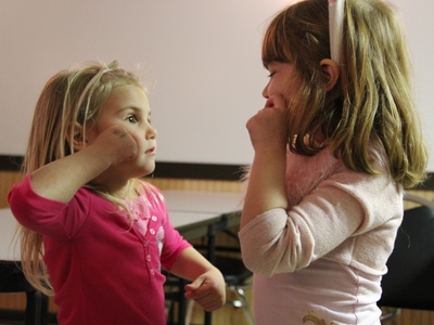 Girls_learning_sign_language_1_400x300